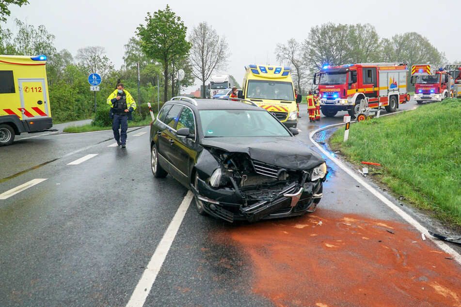 Am VW-Kombi entstand heftiger Schaden.
