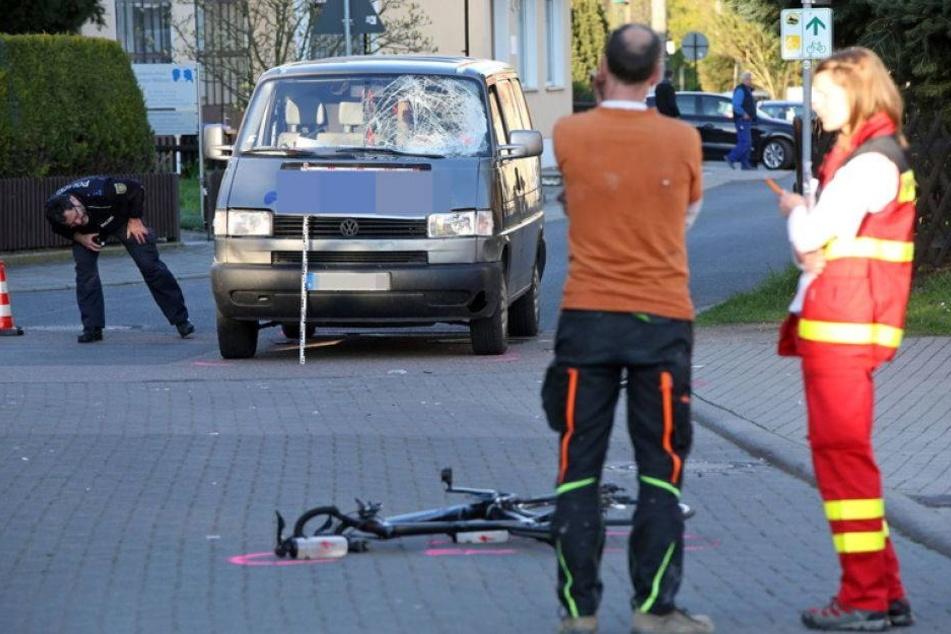 Radfahrer nach Crash mit Kleinbus schwerverletzt