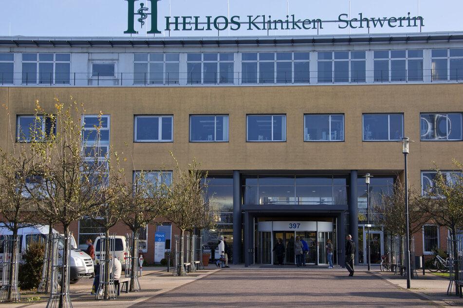 Der Haupteingang der Helios Kliniken in Schwerin ist zu sehen.