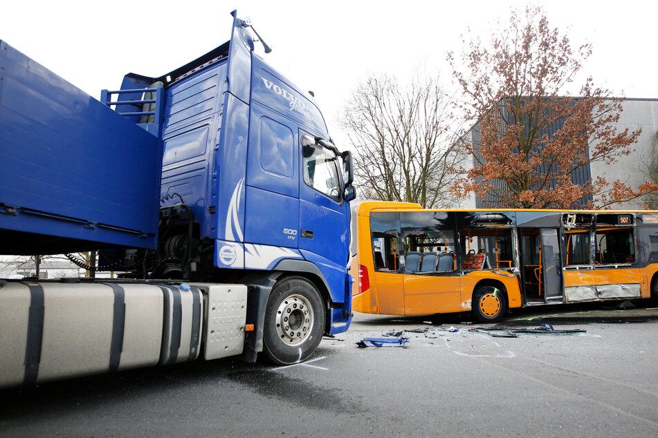 Der Bus kollidierte in Troisdorf mit einem Laster.