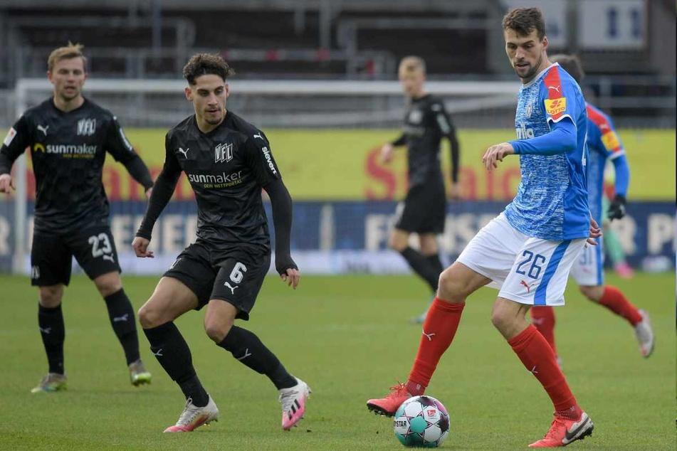 In der vergangenen Saison zeigte der 26-Jährige (r.) bereits bei Holstein Kiel, wie wichtig er sein kann. Am Sonntag wurde das nun auch beim HSV sichtbar. (Archivfoto)