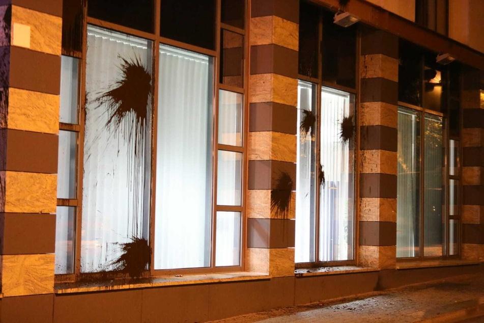 Das Polizeiaußenstelle in der Wiedebach-Passage wurde mit Farbe beworfen.