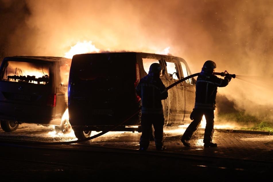 """Auf mehrere Transporter der Autovermietung """"Avis"""" in Leipzig ist in der Nacht zu Mittwoch ein Brandanschlag verübt worden."""