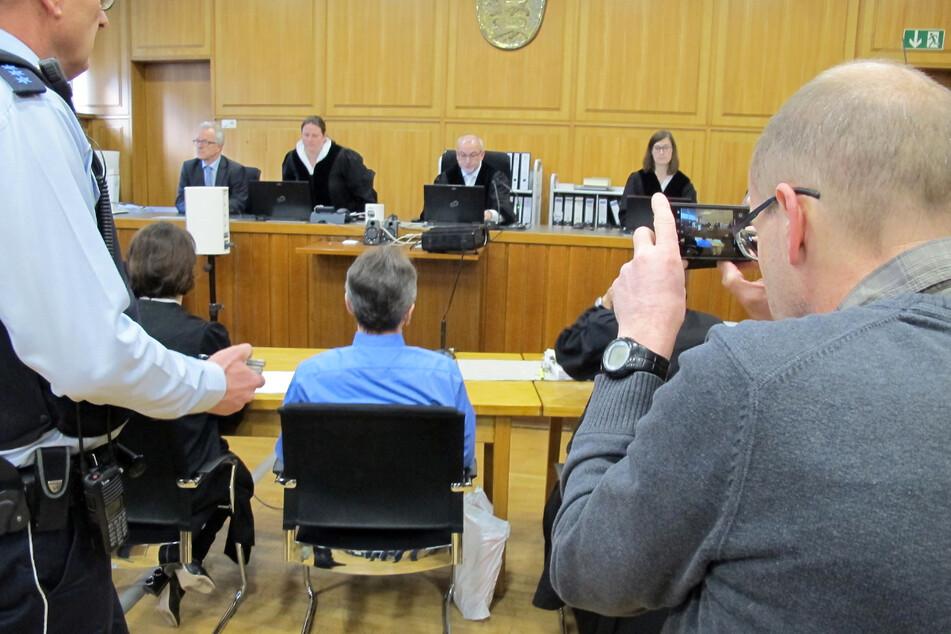 Heilbronn, Januar 2018: Der Angeklagte (Mitte) sitzt im Gerichtssaal.