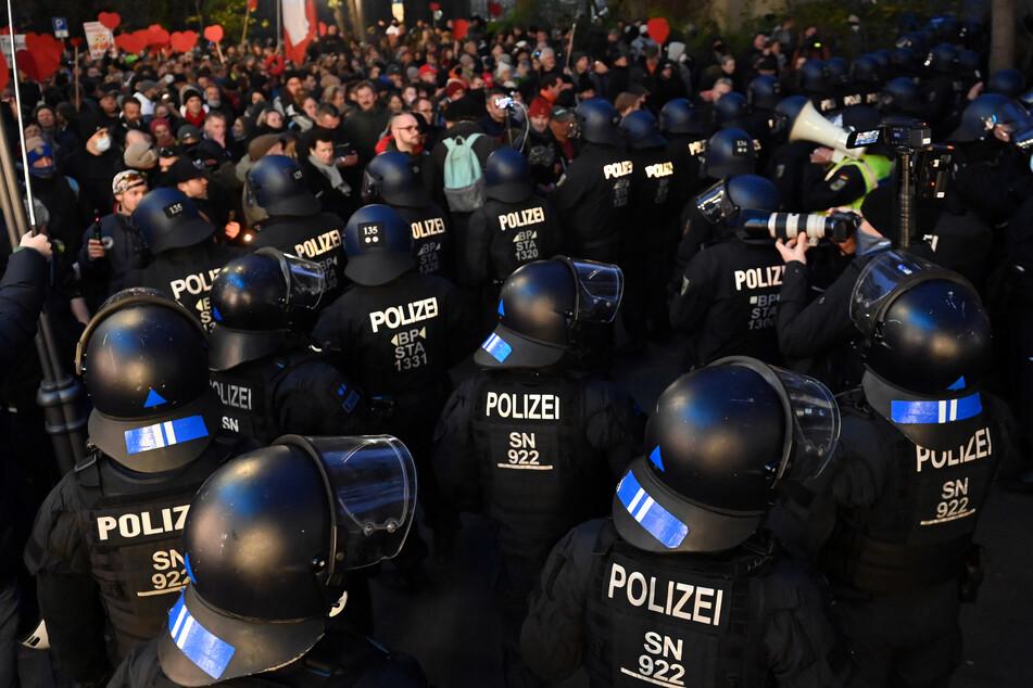 """Am 21. November war die Polizei sehr viel wachsamer im Bezug auf die Leipziger """"Querdenken""""-Demo. Eine Woche zuvor hatten die Demonstranten beinahe ungehindert in der Stadt gewütet."""