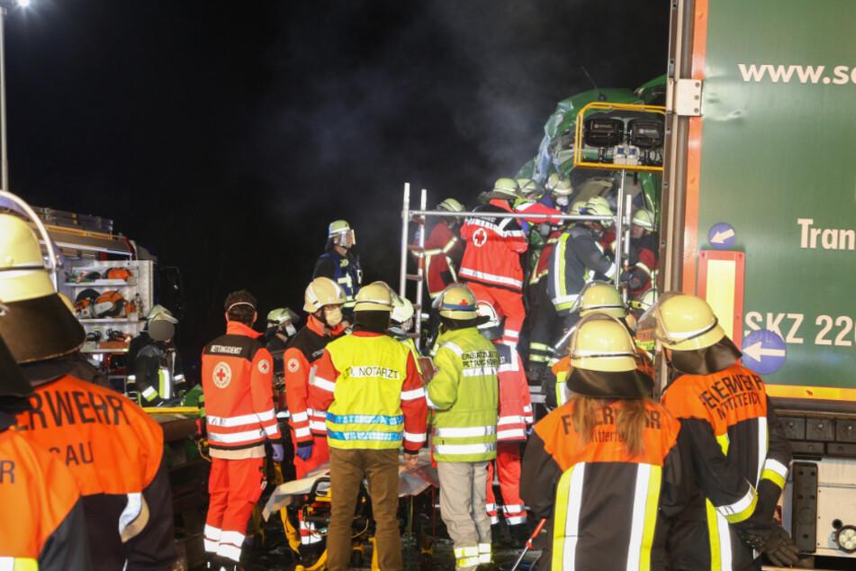 Rettungskräfte befreien den schwer verletzten Lkw-Fahrer aus seinem Wrack.