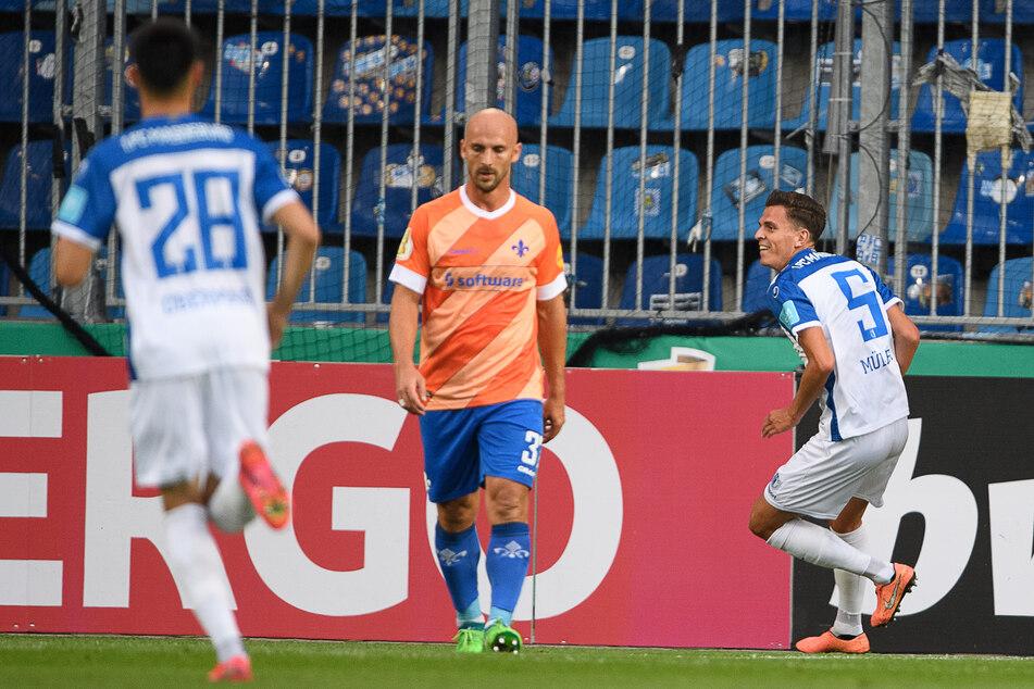 Magdeburgs Tobias Müller (r.) bejubelt seinen Treffer zum 0:1, Lilien-Verteidiger Patrick Herrmann (m.) zeigte sich indessen bedient.