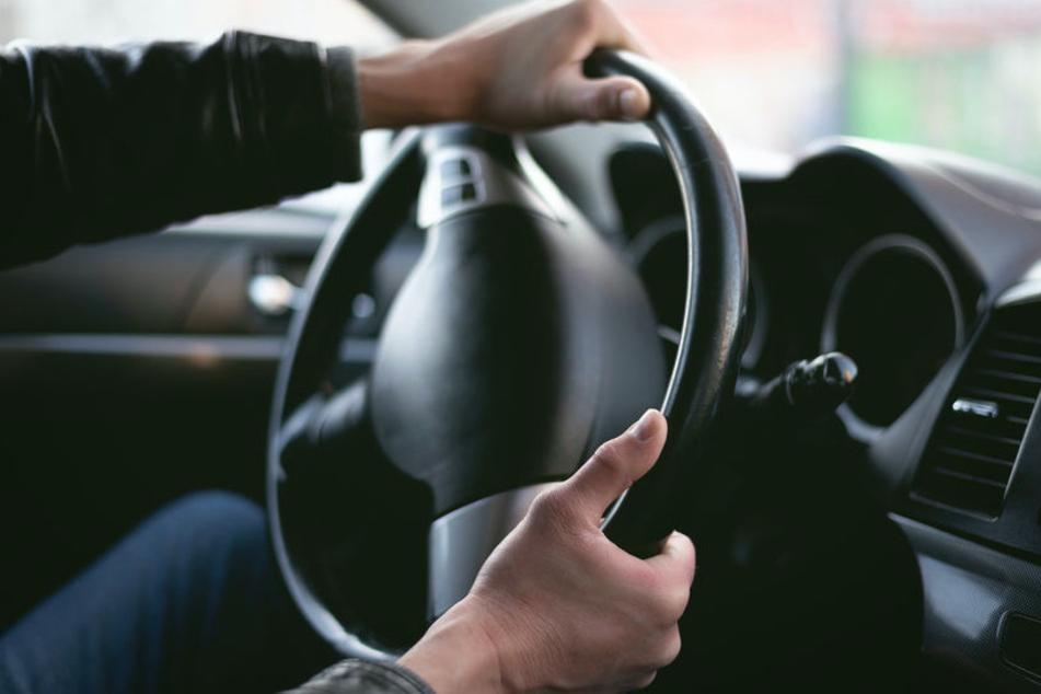 Mann nahezu ohnmächtig am Steuer: Auto rollt kilometerlang weiter auf der Autobahn