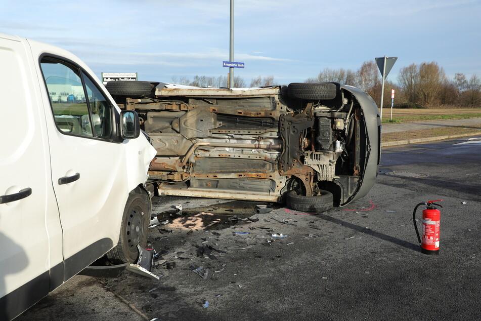 Unfall im Gewerbegebiet: Kastenwagen umgekippt, Straße blockiert