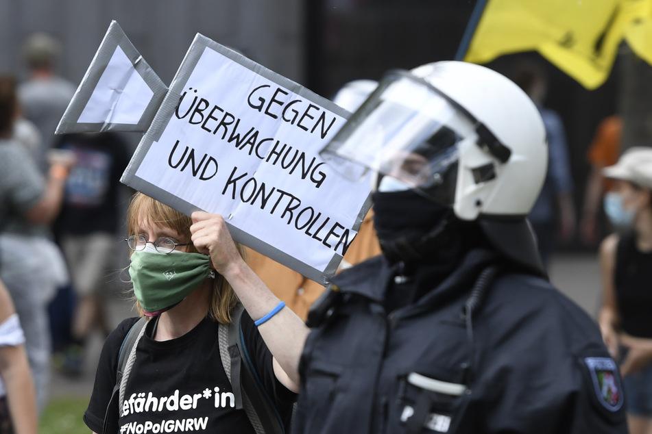 Am Samstag sind bei einer Demo in der Düsseldorfer Innenstadt gegen ein geplantes Versammlungsgesetz für NRW Journalisten von Polizeibeamten attackiert worden.