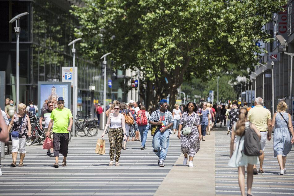 Oben ohne Shoppen: Viele Dresdner nutzten die gelockerte Regelung für einen Stadtbummel auf der Prager Straße.