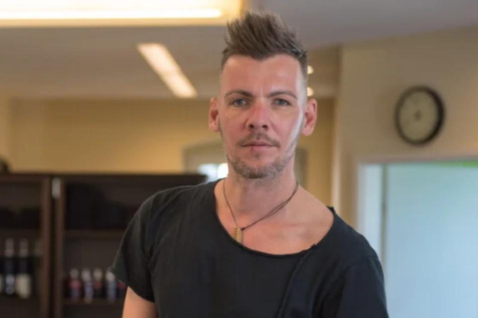Friseurmeister Björn Muster (37) in seinem Salon in Wilsdruff. Er ist seit Wochen dicht. Jetzt laufen die Vorbereitungen zum Neustart.
