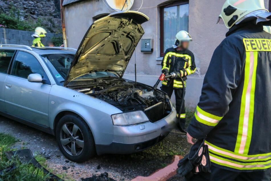 Erzgebirge: Autobrand in Grundstückseinfahrt