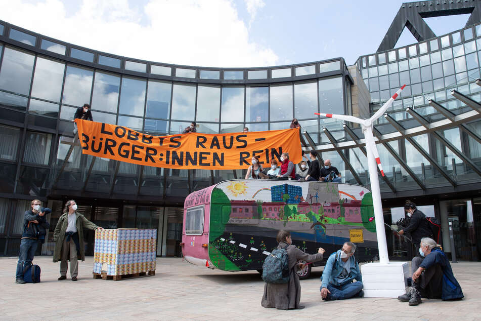 Aktivisten von Extinction Rebellion demonstrieren innerhalb des Bannkreises vor dem Landtag von Nordrhein-Westfalen gegen die Klimapolitik.