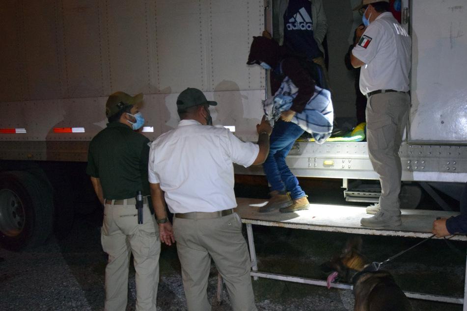 In Kühlkammern zusammen gepfercht: Soldaten greifen 652 Migranten auf