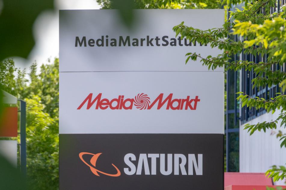 Ingolstadt: Ein Schild mit den Schriftzügen von Media Markt und Saturn, aufgenommen vor der Firmenzentrale der MediaMarktSaturn-Gruppe.