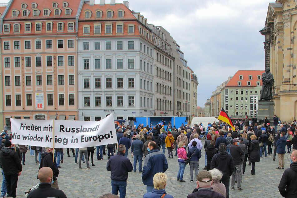 Ein Blick auf das Versammlungsgeschehen: Im blauen Wagen sprachen die Redner der AfD auf dem Neumarkt.