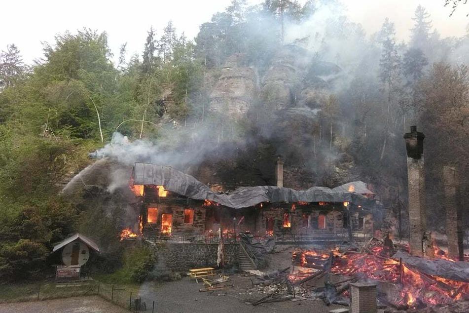 Die Jagdhütten wurden durch das Feuer komplett zerstört.