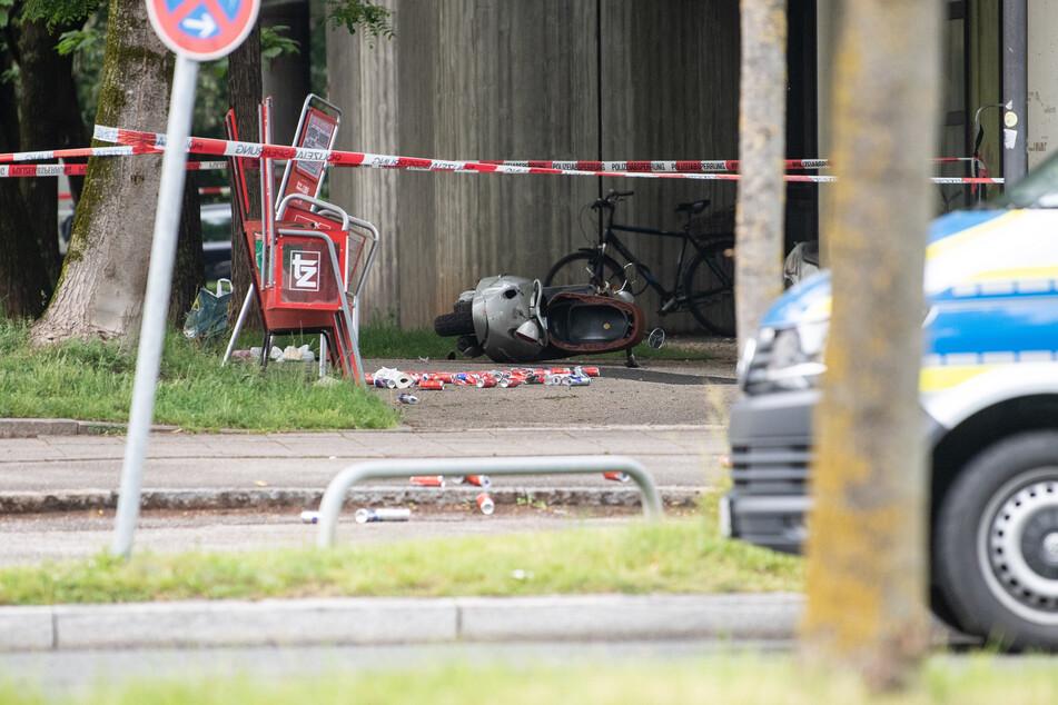 Etliche Dosen und ein umgekippter Roller liegen an der Unfall-Stelle.