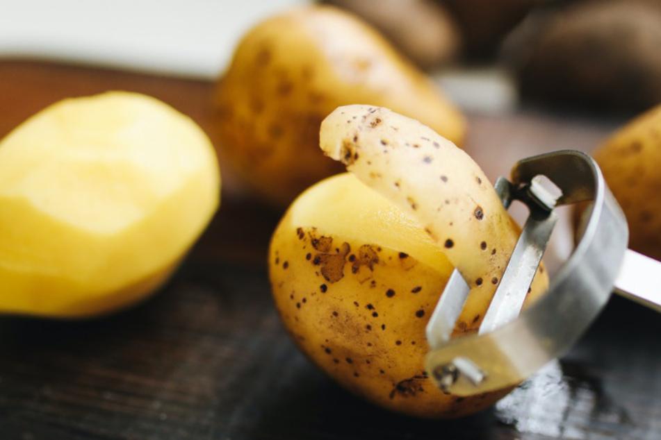 Kartoffelschale eignet sich gereinigt wunderbar, um gesunde Chips selber zu machen.