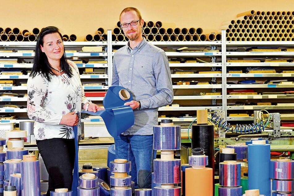Folien in allen Farben und Größen - mittendrin die beiden Viola-Geschäftsführer Madlen Mätzler (43) und Stefan Koppenhagen (35).