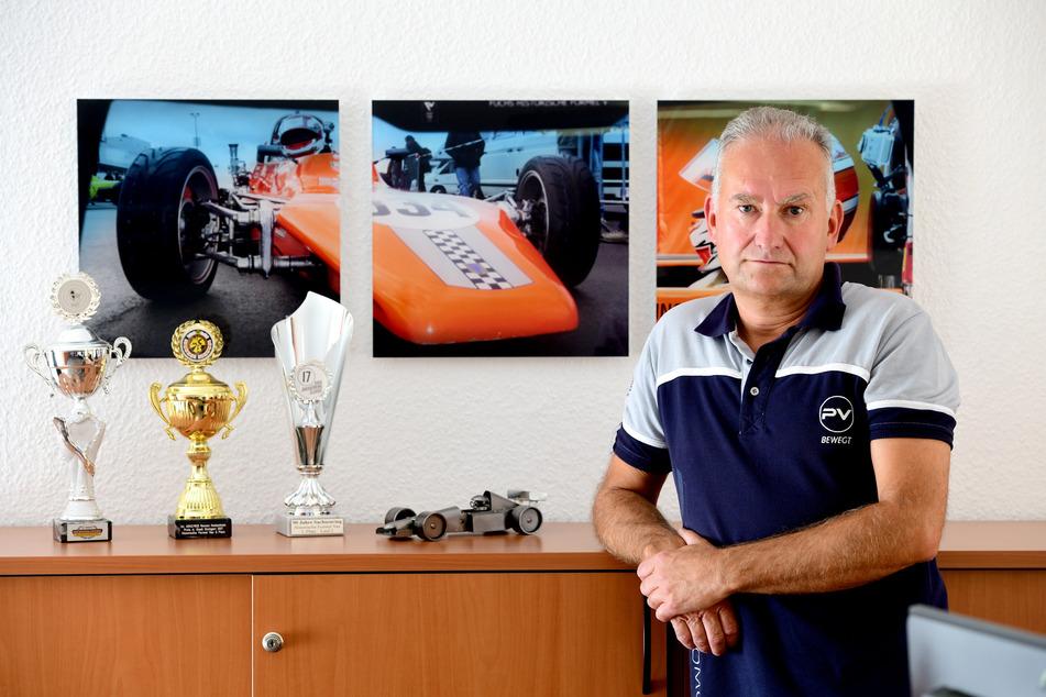 Ingolf Sieber (57) aus Großschönau bekommt seinen Rennwagen, der aktuell nur noch als Bild an der Wand hängt, wieder.