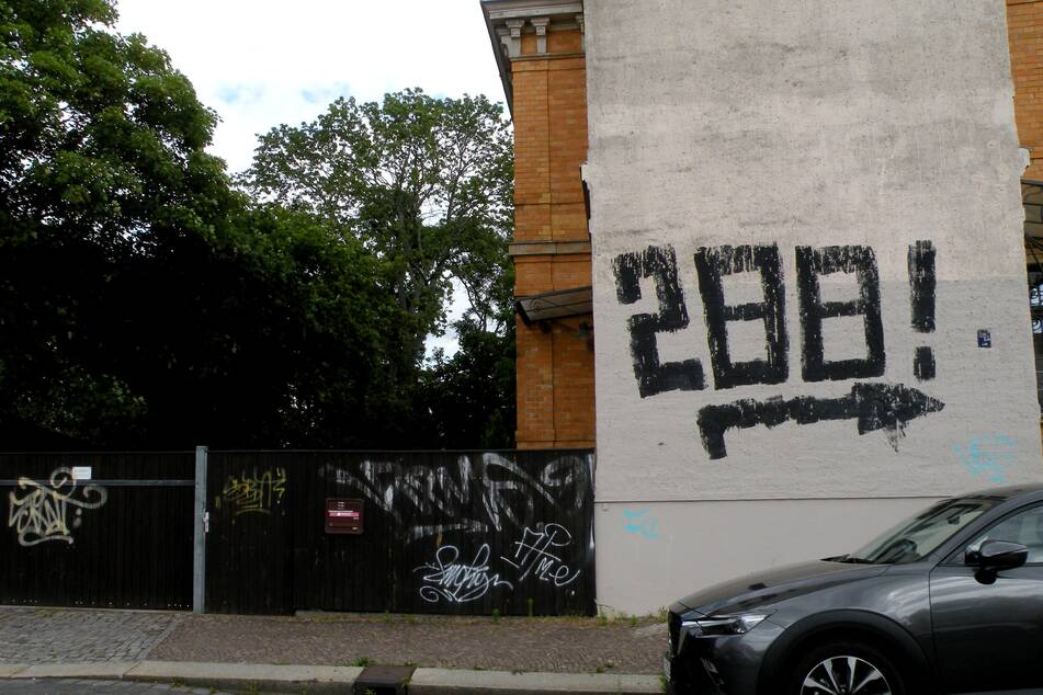 Das Übel prangt dick und breit an einer Hauswand in der Baumeyerstraße.