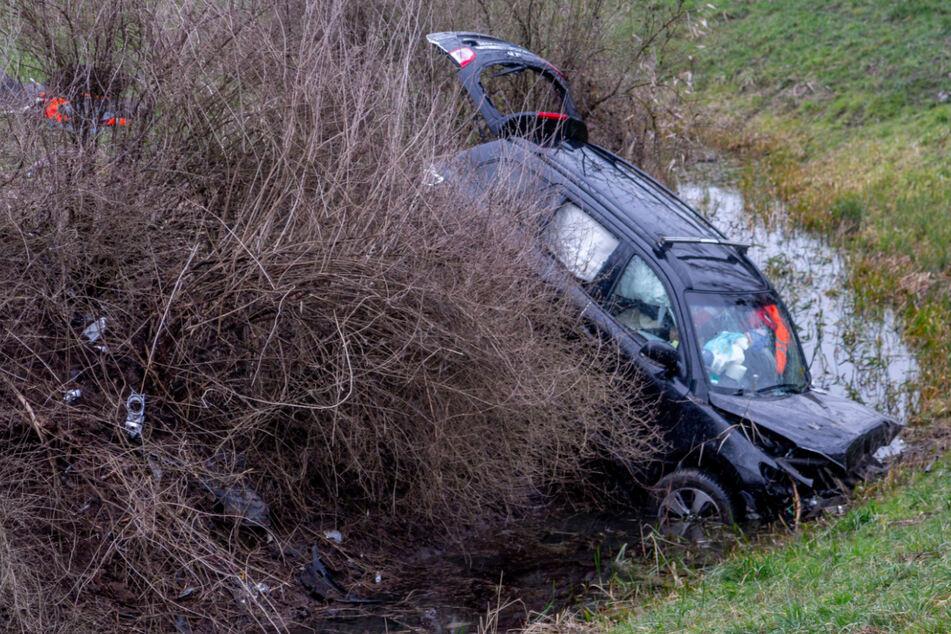 Auto kracht in Wassergraben: 74-Jähriger kommt ums Leben