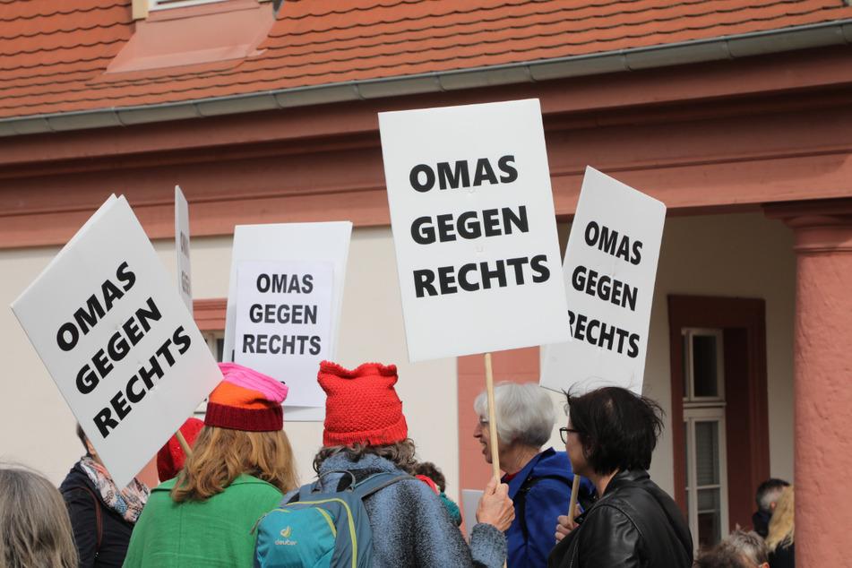 """Teilnehmer einer Demonstration halten Schilder """"Omas gegen Rechts"""". Die Initiative engagiert sich gegen Rechtsextremismus. (Archivbild)"""
