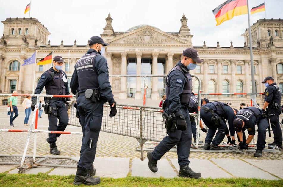Polizisten installieren im Vorfeld der am Samstag, dem 29.08.2020, geplanten Demonstration gegen die Corona-Maßnahmen mehrere Absperrzäune vor dem Reichstagsgebäude und um den Platz der Republik