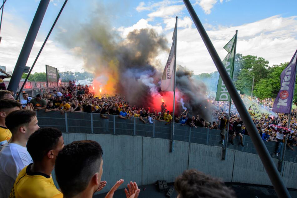 Vor dem Stadion wird Pyrotechnik gezündet. Die zahlreich erschienenen Dresdner Anhänger feiern trotz Abstieg.