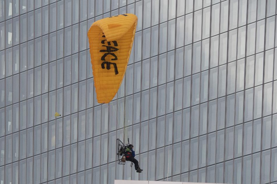 Mit einem Gleitschirm landet ein Greenpeace-Aktivist auf dem Dach der Europäischen Zentralbank (EZB).