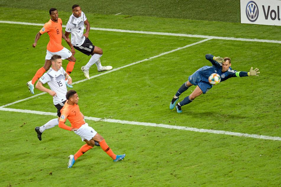 In der 79. Spielminute bezwang Donyell Malen im EM-Quali-Spiel gegen die deutsche Nationalmannschaft Manuel Neuer (34).