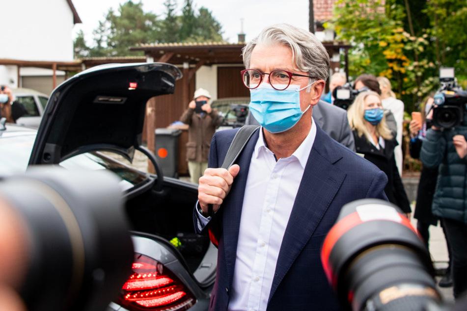 30.09.2020, Bayern, München: Der unter anderem wegen Betrugs angeklagte langjährige Audi-Chef Rupert Stadler kommt zu Prozessbeginn beim Landgericht in München an.