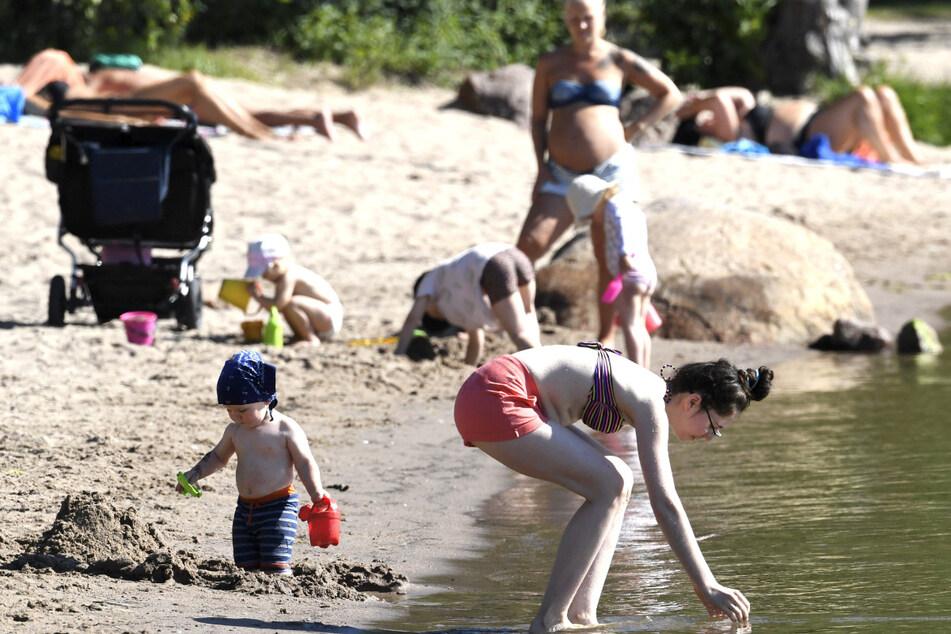 Strandbesucher baden an einem heißen Sommertag am Matinlahti Beach in Espoo.