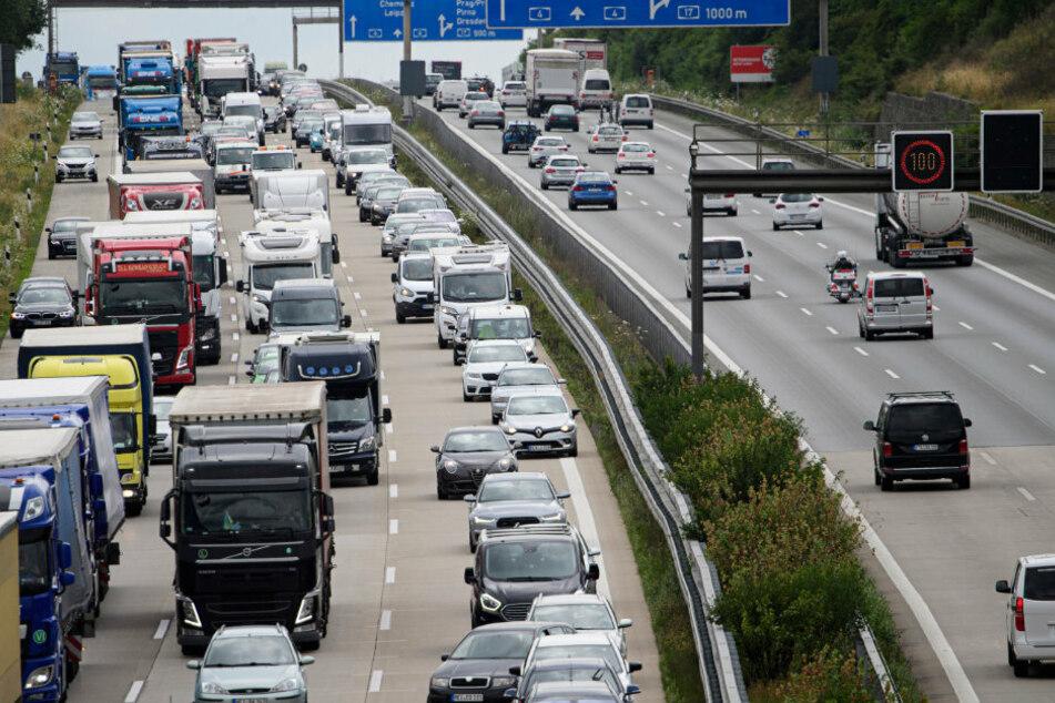 Stau auf der A4: Die Verkehrsdichte zwischen Nossen und Bautzen nimmt zu. Mehr Fahrspuren sollen Abhilfe schaffen. Das sei keine Lösung, sagt dagegen die Umweltorganisation BUND.