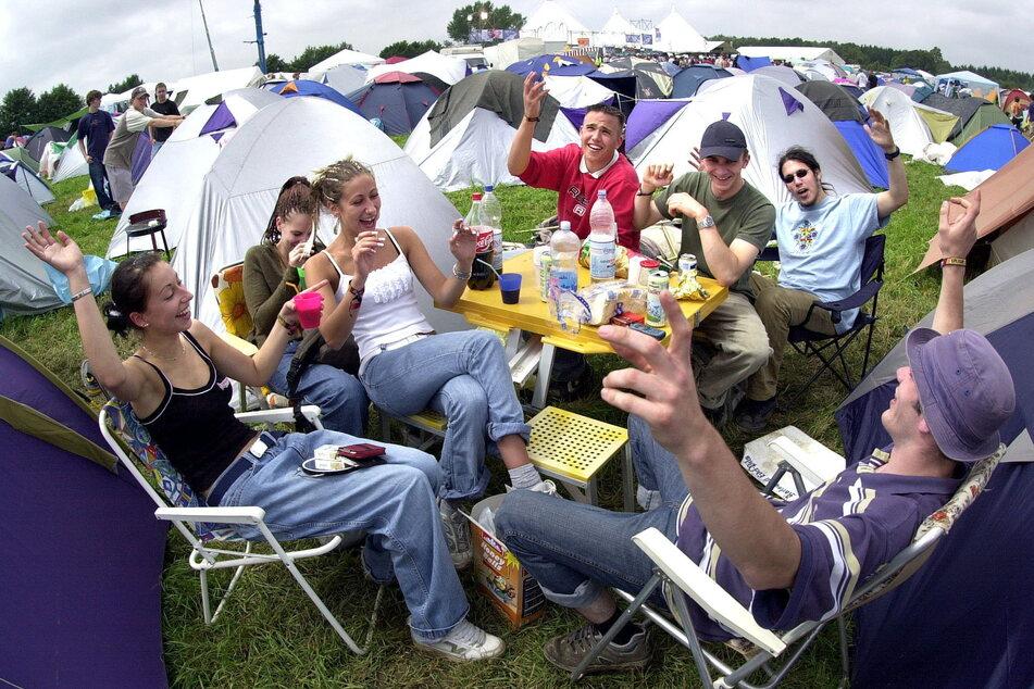 """Festival-Feeling pur: """"Splash""""-Fans campen am Stausee Oberrabenstein, 2002."""