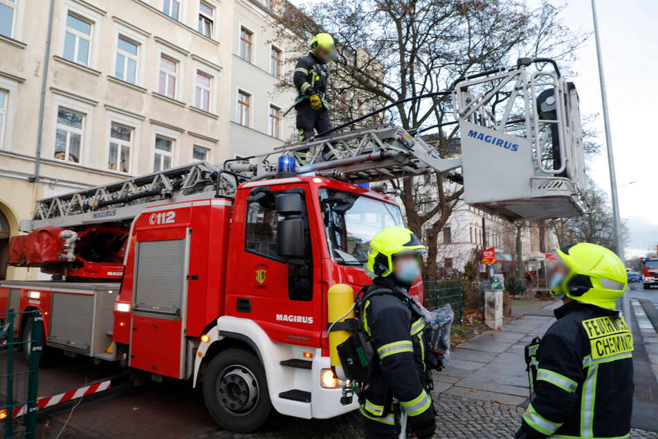 Die Chemnitzer Feuerwehr rückte am Montagmorgen in die Straße der Nationen aus. In einer Dachgeschosswohnung brach ein Feuer aus.