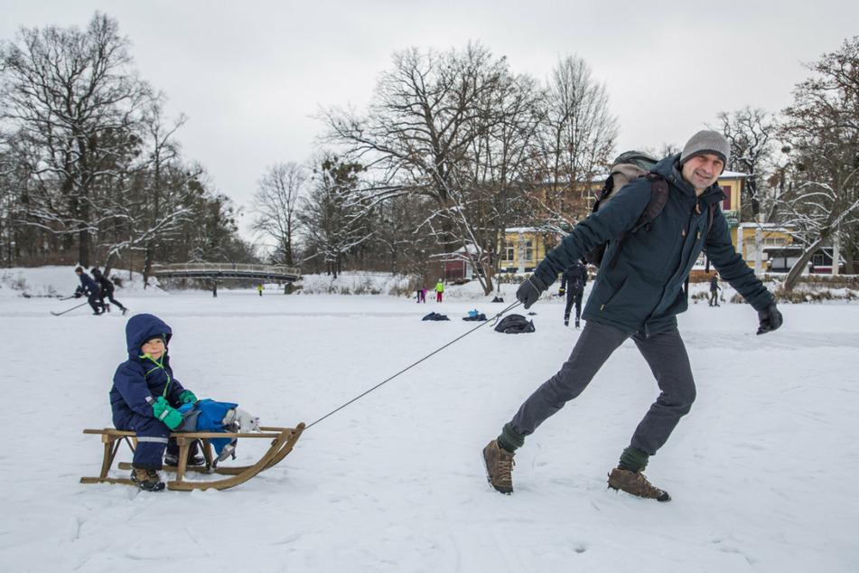 Toralf Jung (48) und sein Sohn Albert (4) nutzten das Winterwetter und drehten ihre Runden am Carolaschlösschen.