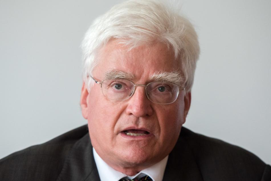 Winfried Stöcker hat sich selbst geimpft und geheilt. Die wissenschaftliche Aussagekraft ist zweifelhaft - alles vielleicht nur ein PR-Coup für seine Firma Euroimmun aus Lübeck?