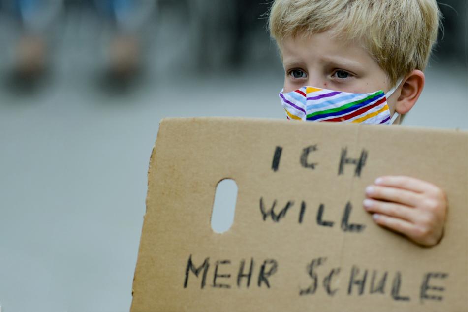 Ein Junge bei einer Hamburger Demonstration gegen Schul- und Kitaschließungen im Juni 2020. (Archivbild)