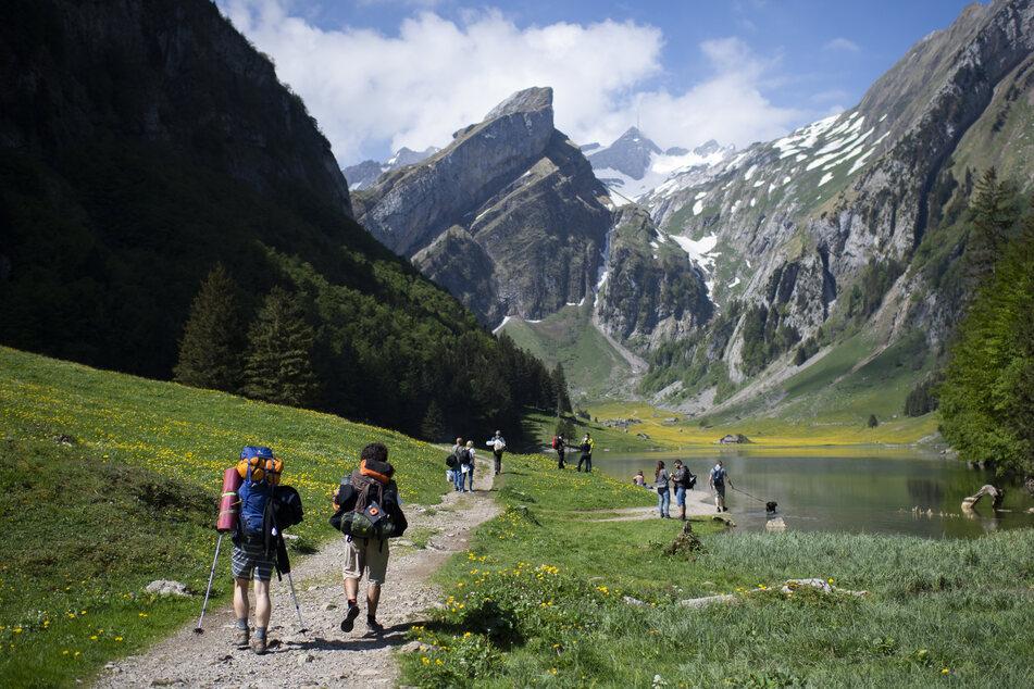Touristen auf dem Weg zum Seealpsee im Alpstein-Gebirge. In der Schweiz boomt der Tourismus trotz und gerade wegen Corona. (Archivbild)