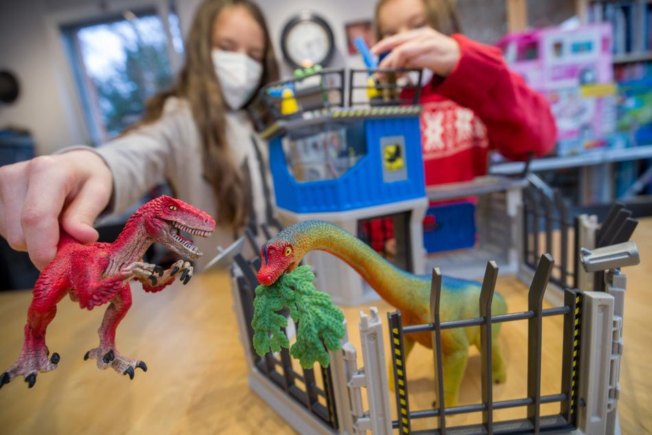 """Zwei Mädchen spielen mit der Dino-Forschungsstation von Schleich. Eines der """"Top 10 Spielzeuge 2020"""" des Bundesverbands des Spielwaren-Einzelhandels."""