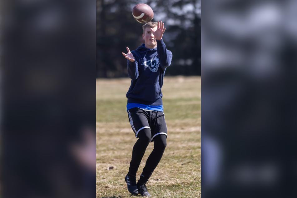 """""""Los Angeles Rams""""-Fan Lukas Sommerfeld (17) fängt einen Ball."""