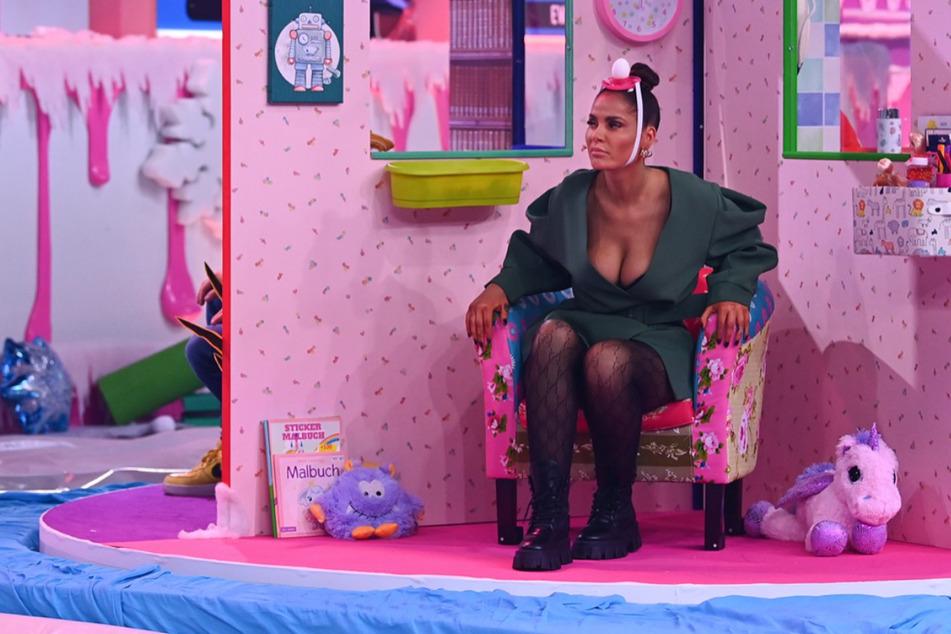 """Janine Pink (33) kämpft aktuell in der Winter-Edition der """"Festspiele der Reality-Stars"""" um den Titel als """"Hellste Kerze auf der Torte""""."""