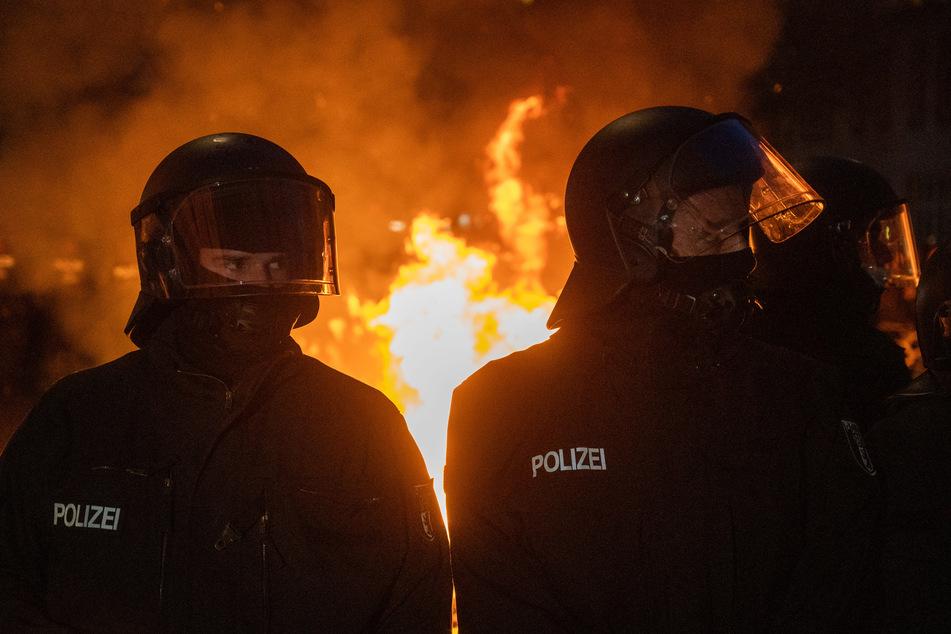 Mindestens 93 Polizisten wurden dabei verletzt.
