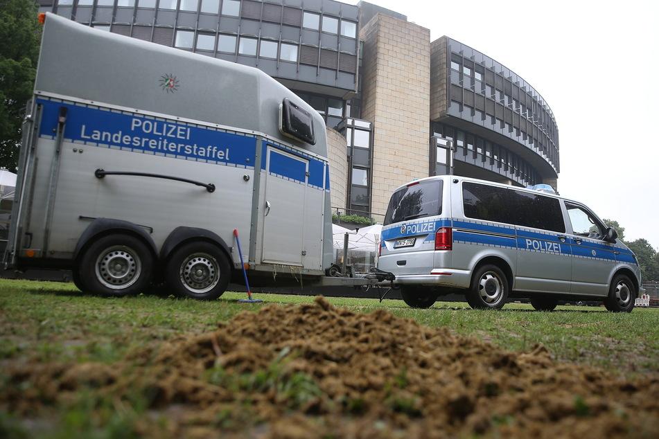 Ein Polizeibus mit Pferdeanhänger steht vor dem Landtag in Düsseldorf. Eine Reiterstaffel der Polizei schützt seit einigen Wochen zusätzlich das Gebäude.