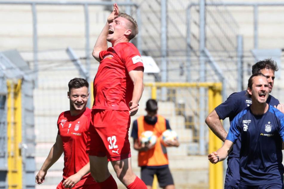So jubelte Elia Huth am 4. Juli. Nach dem 0:0 in Mannheim war der Klassenerhalt für den FSV geschafft.