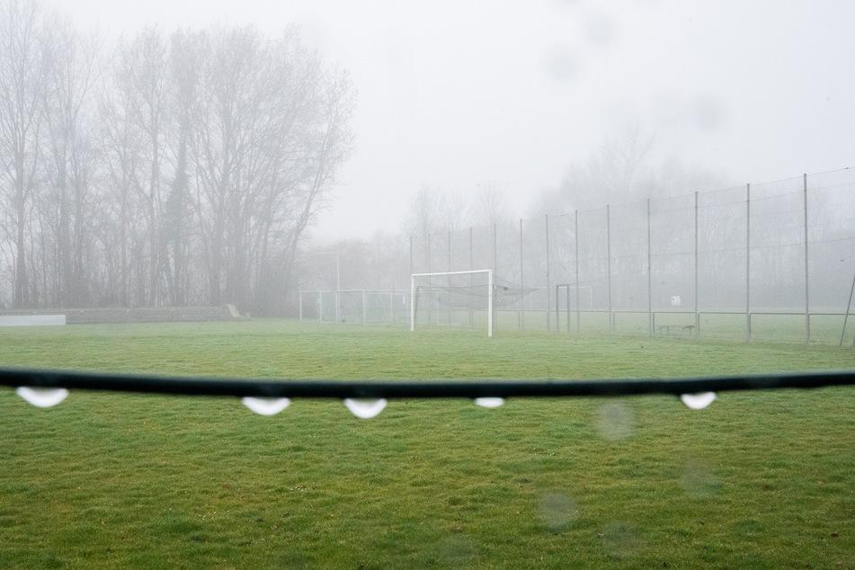 Duo (17, 18) schlägt Fußball-Trainer brutal zusammen: Polizei sucht Zeugen!