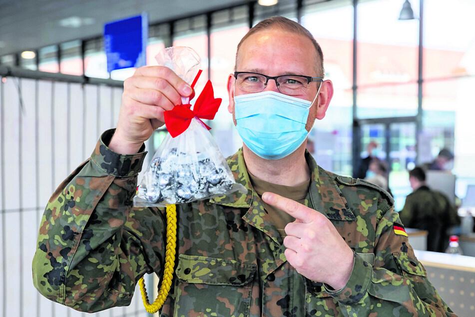 Stabsfeldwebel Jörg Haase (43) mit den Süßigkeiten, die eine ältere Dame mitgebracht hat.